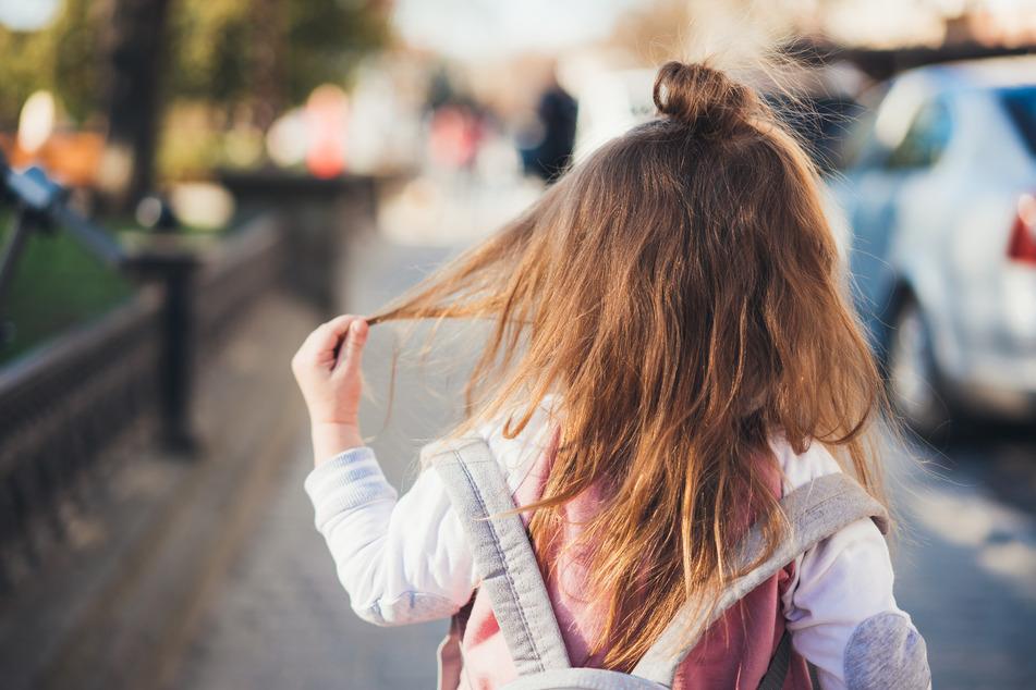 Mann (22) greift vierjähriges Mädchen grundlos an, dann wird es eklig