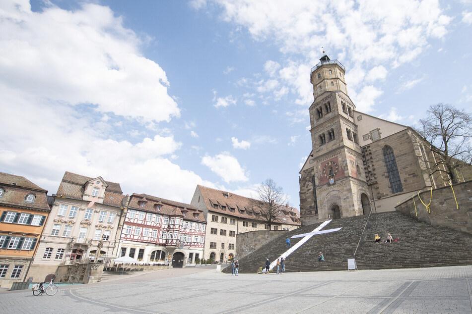 Ein weißes Kreuz aus Stoff liegt vor der evangelischen Kirche St. Michael in Schwäbisch Hall.