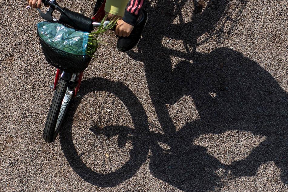 Ein Kind auf einem Fahrrad wurde in Oberfranken von einem Mann angegriffen. (Symbolbild)