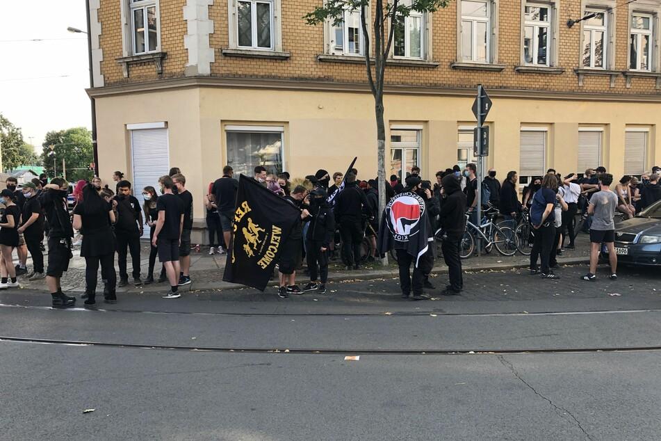 Nach ersten Schätzungen sollen sich etwa 300 Demonstranten an der Eisenbahnstraße versammelt haben.