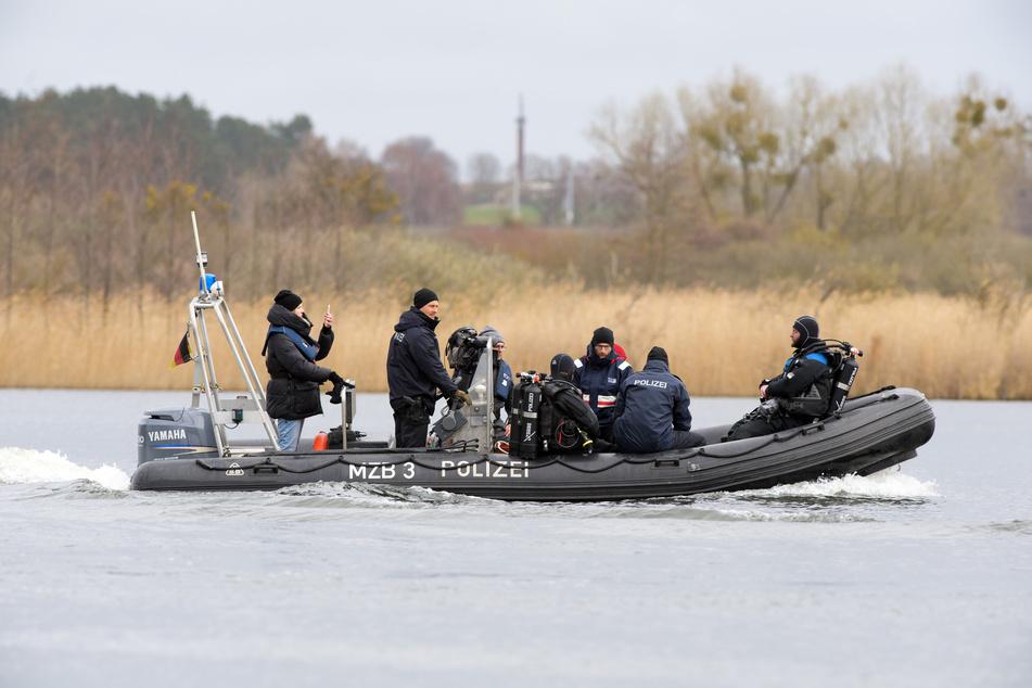 Weil ein Mann am Bonner Rheinufer eine verdächtige Beobachtung gemacht hat, haben Polizeitaucher in dem Fluss nach einer Leiche gesucht. (Symbolbild)