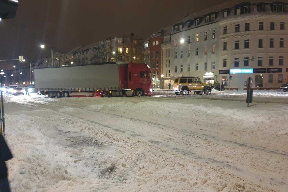 Hinter dem Laster stauten sich die Autos.
