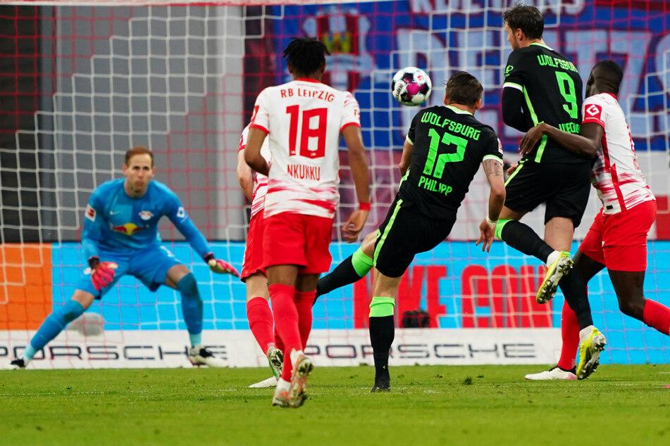 Ein Traumtor: Maximilian Philipp (3.v.r.) trifft mit diesem Strahl zum 1:0 für den VfL Wolfsburg in den rechten Winkel.