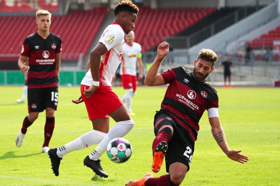 Enrico Valentini (r.) und der 1. FC Nürnberg wollen in der Liga nicht so chancenlos sein, wie hier im DFB-Pokal gegen Christopher Nkunku und RB Leipzig.