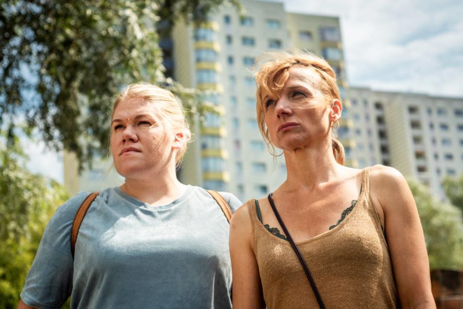 Silke Passe (Gisa Flake; l.) und ihre Schwester Moni (Christina Große) gehen gemeinsam durch dick und dünn.