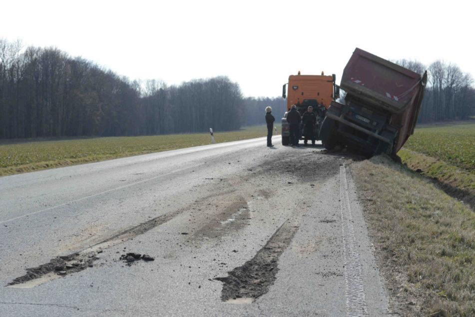 Die Straße ist durch den Hänger stark beschädigt worden.