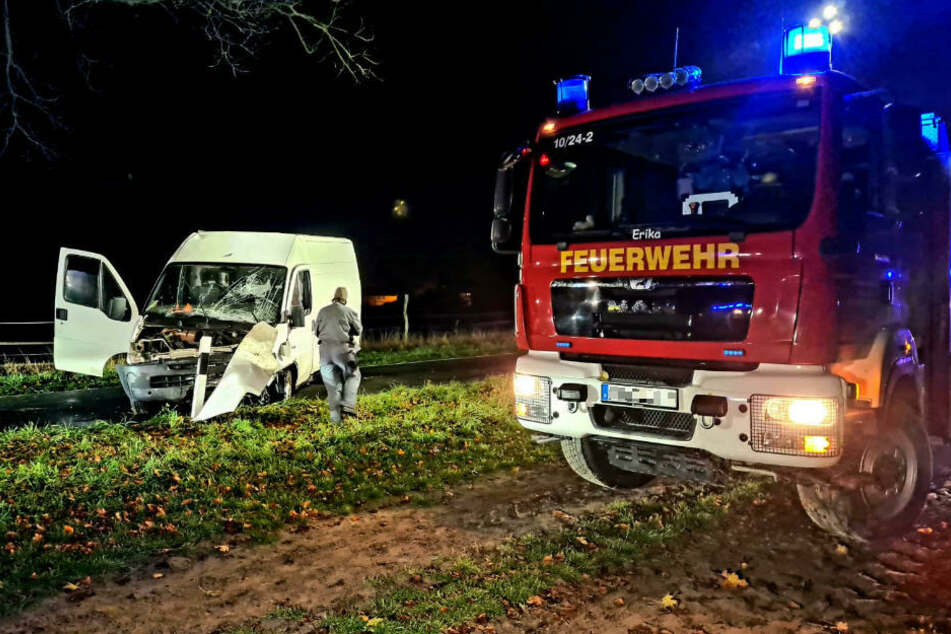 Beim Eintreffen am Unfallort konnten die Einsatzkräfte nur den leeren Transporter vorfinden, von den Insassen fehle zunächst jede Spur.
