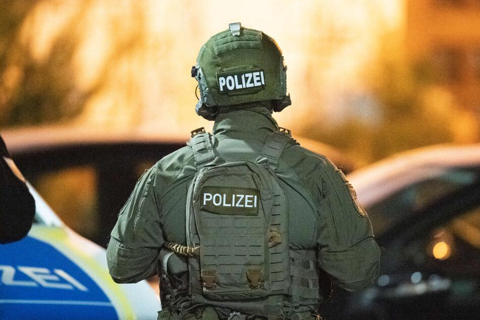 SEK-Beamte durchsuchten mithilfe der Polizei am Mittwochmorgen fünf Wohnungen in Düsseldorf. (Symbolbild)