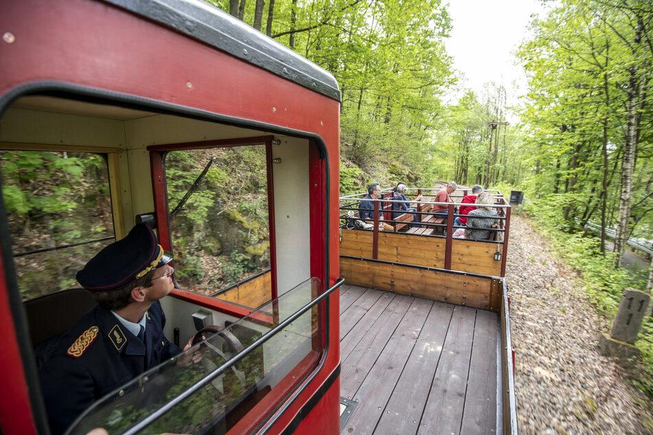 Mit der Chemnitztalbahn könnt Ihr auf einer zwei Kilometer langen Strecke durch das Schweizerthal fahren.