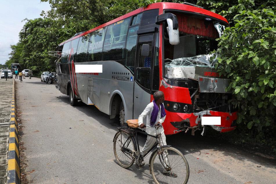 Wegen einer Panne parkte der Bus am Straßenrand, dann fuhr ein Lkw von hinten auf.