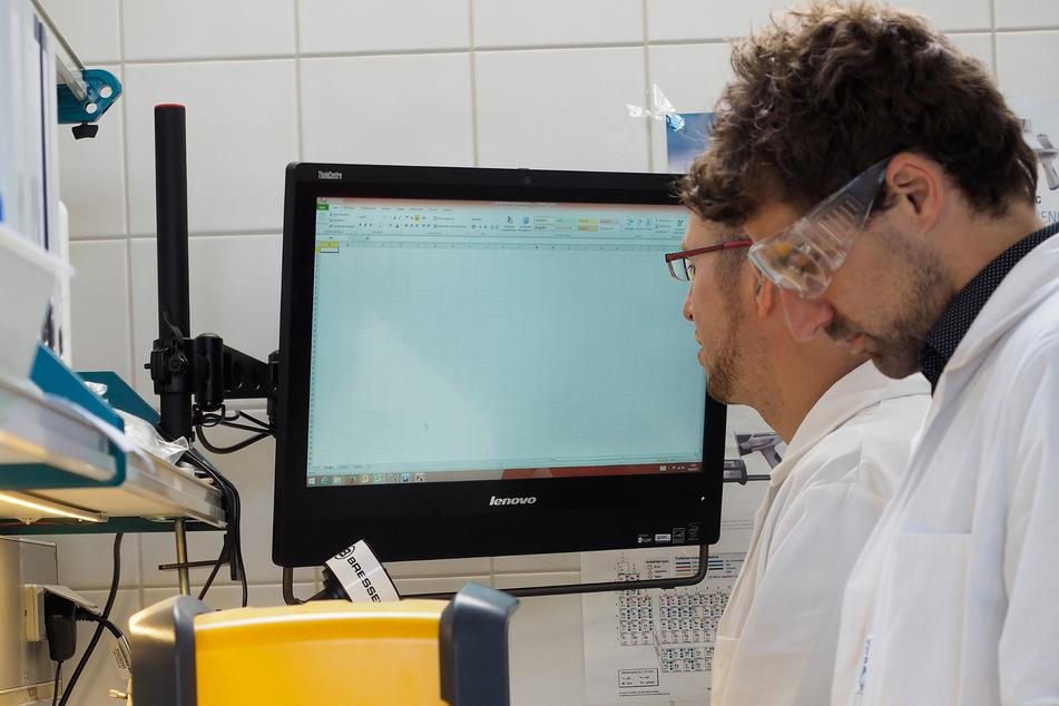 Der Geologe Micha Zauner (34) von der Umwelt- und Ingenieurtechnik GmbH wertet im Dresdner Labor auch Golderzgesteinsproben aus Kenia und Kanada aus.