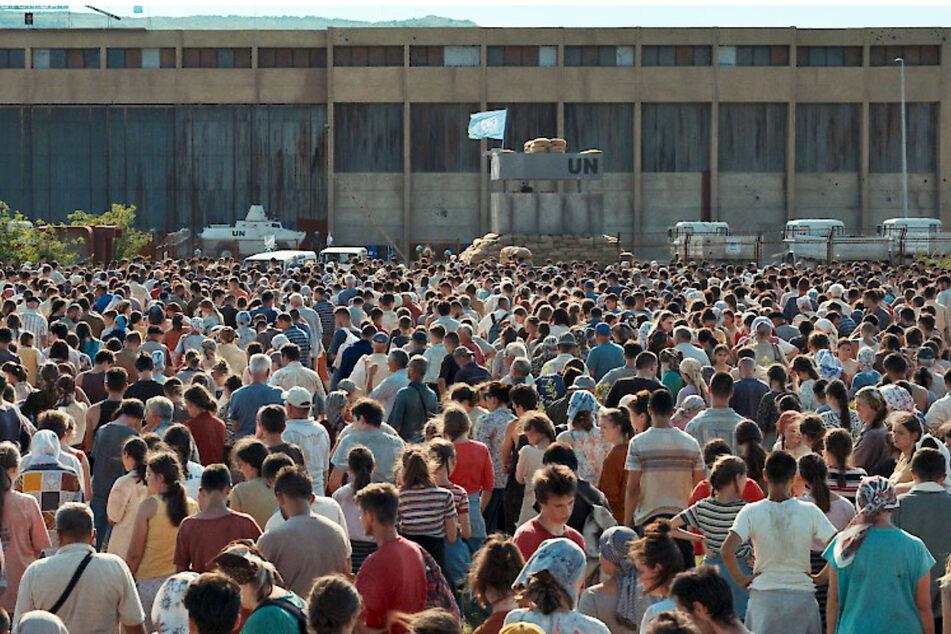 Bis zu 25.000 Flüchtlinge versammelten sich vor den Toren einer ehemaligen Batteriefabrik in Potocari im Osten Bosnien-Herzegowinas. Dort hatten die UN-Blauhelme ihr Quartier aufgeschlagen.