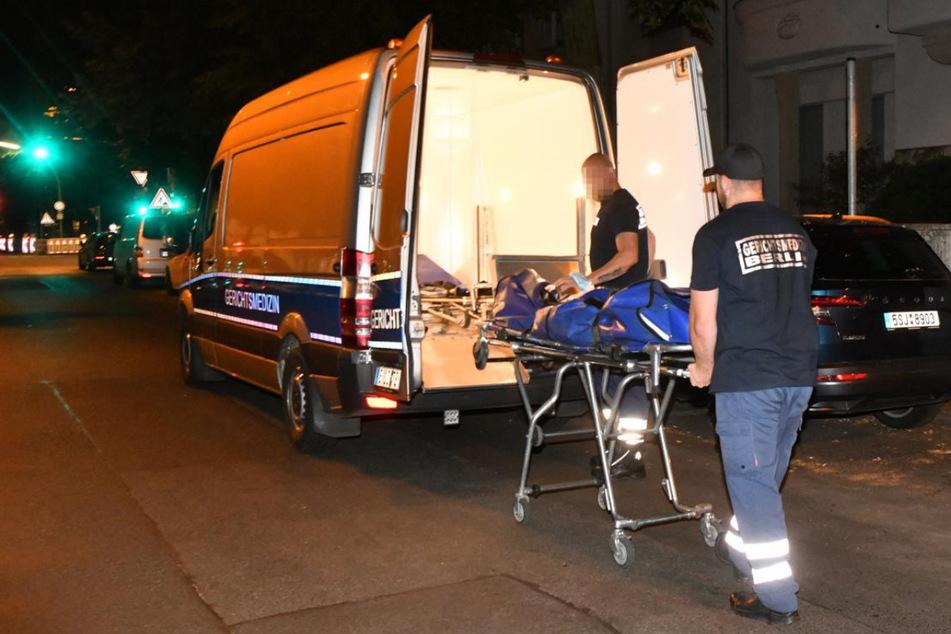 Gerichtsmediziner bringen die Leiche weg. Ein Angehöriger hatte die leblose 92-Jährige gefunden.