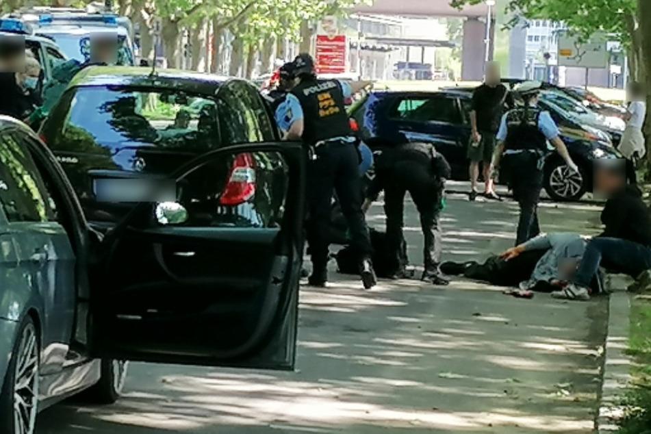 Stuttgart, im vergangenen Mai: Nach der Attacke durch Dutzende Vermummte liegt eine Person am Boden.