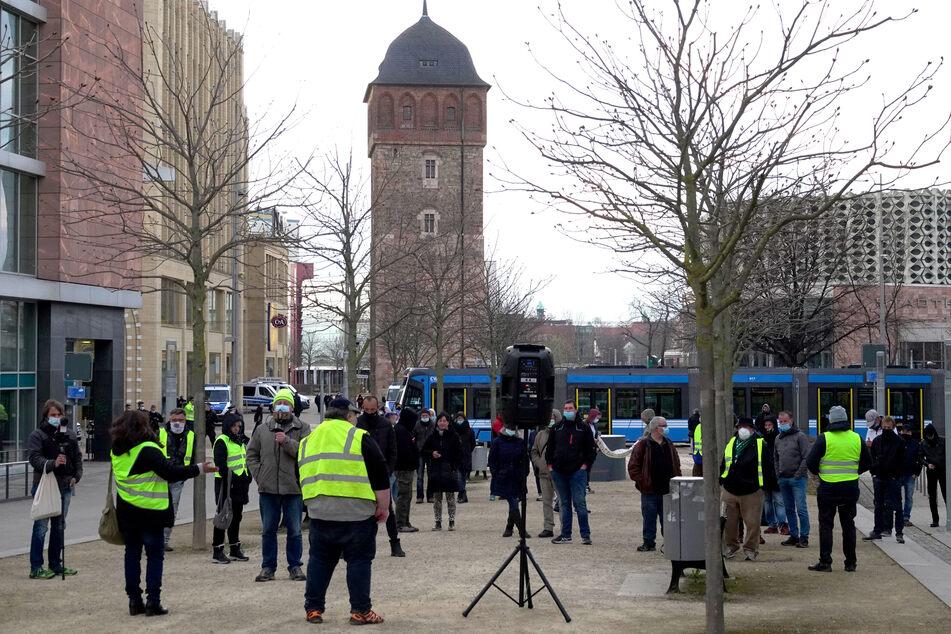 Etwa 50 Personen demonstrierten am Karfreitag am Roten Turm in Chemnitz gegen die aktuellen Corona-Maßnahmen.
