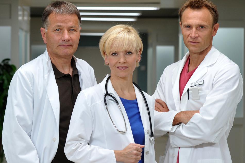 """Auf neue Folgen mit Dr. Heilmann (Thomas Rühmann, links) und Co. müssen """"In aller Freundschaft""""-Fans leider noch etwas warten. (Archivbild)"""