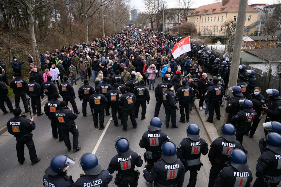 """Dresden: Trotz Demo-Verbot: Dresdner Polizei rüstet sich für Großeinsatz bei """"Querdenken"""""""