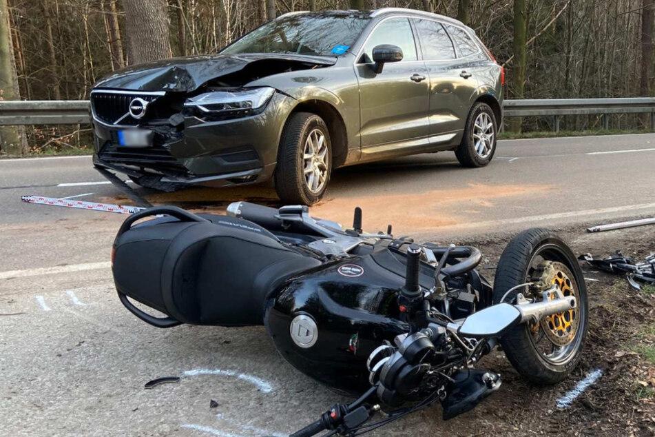 Der Volvo und das Motorrad nach dem Unfall.