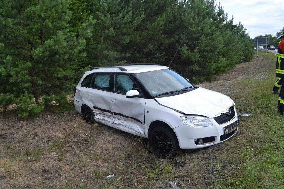 Der weiße Skoda Fabia steht sichtlich vom Unfall gezeichnet im Straßengraben.
