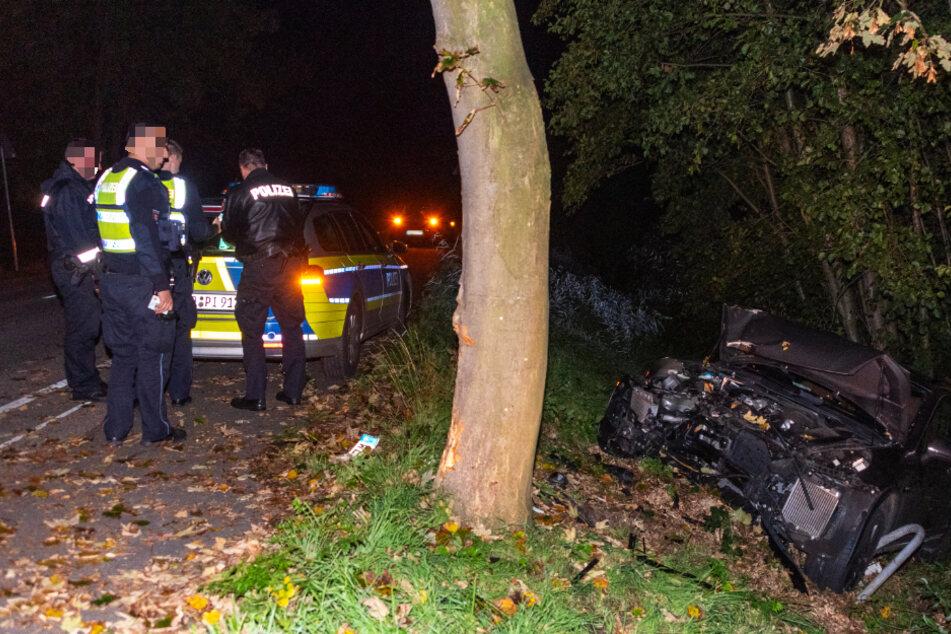 Die Polizeibeamten sichern den Unfallort.