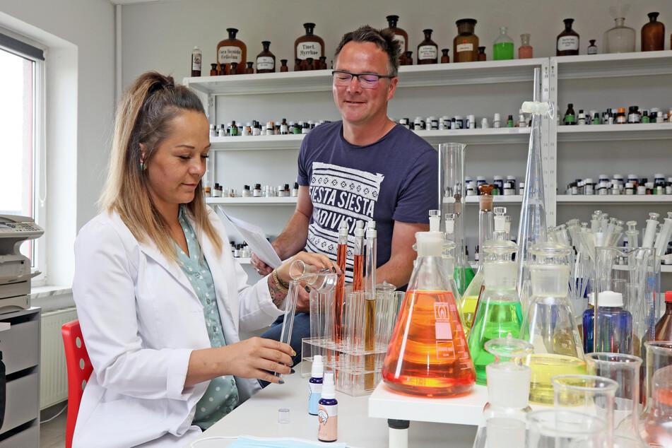 Geschäftsführer Hendrik Herrbach (40) beobachtet Laborleiterin Stephanie Franz (33) bei der Zusammenstellung der ätherischen Öle für die Duftsprays.