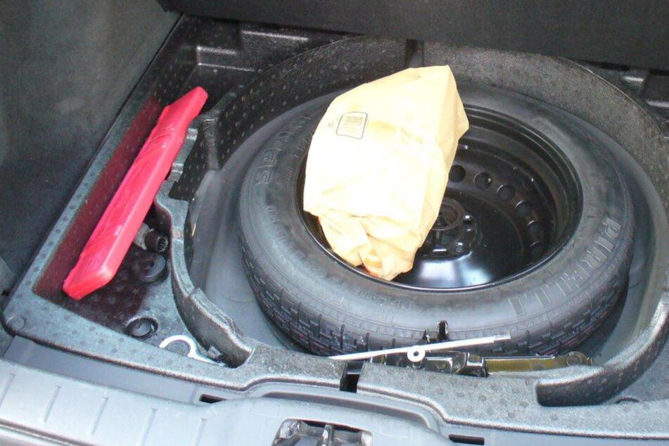 Das vermeintlich sichere Versteck wurde doch entdeckt: Zollbeamte fanden bei einer Kontrolle im Vogtland Drogen beim Reserverad.