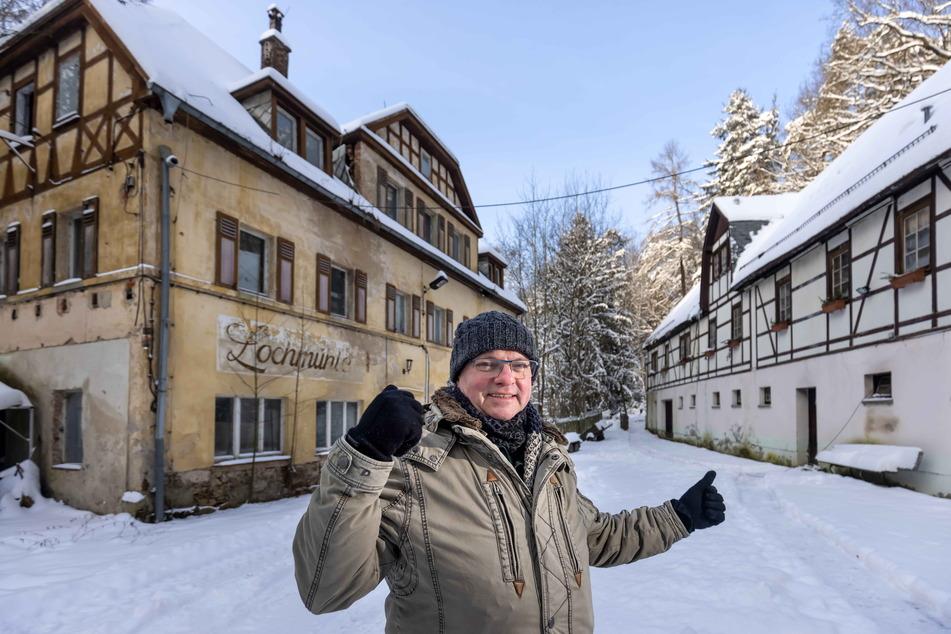"""Immobilienmakler Peter Großer (57) steht vor der """"Lochmühle"""" ."""