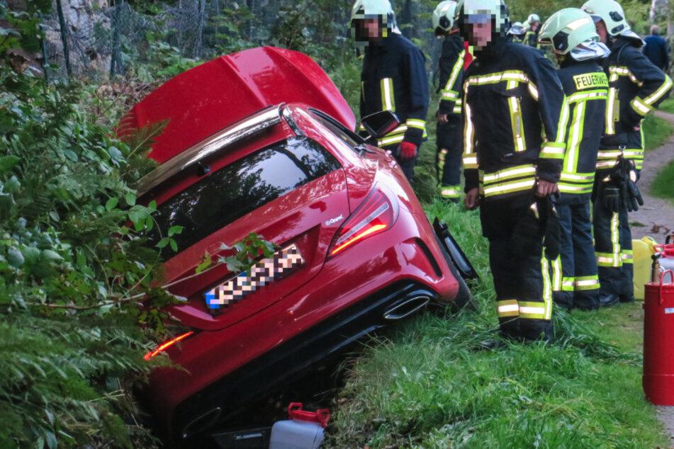 Fahrer wurde bewusstlos: Mercedes durch Mitfahrerin in Floßgraben gelenkt