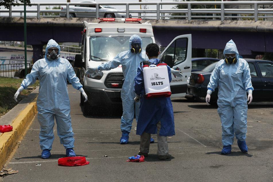 Sanitäter im Schutzanzug in Mexiko-Stadt.