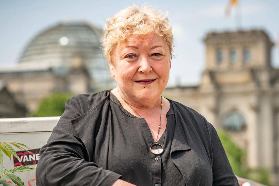 Evelyn Zupke (59) bei einem Fototermin am Bundestag. Nach Ansicht der SED-Opferbeauftragten verlaufen die Verfahren zur Anerkennung politisch Verfolgter in der DDR häufig zu schleppend.