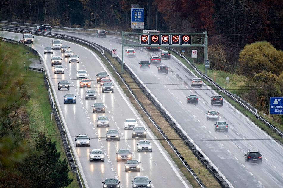 Einige Autos fahren auf der A8 den Irschenberg in Richtung München herab.
