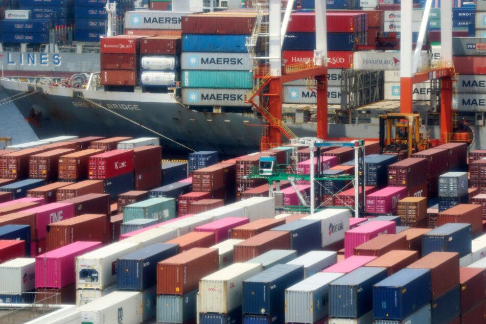 Japan, Yokohama: Container stapeln sich in einem Hafen in Yokohama. Japans Wirtschaft ist im Zuge der Corona-Krise weiter massiv eingebrochen.