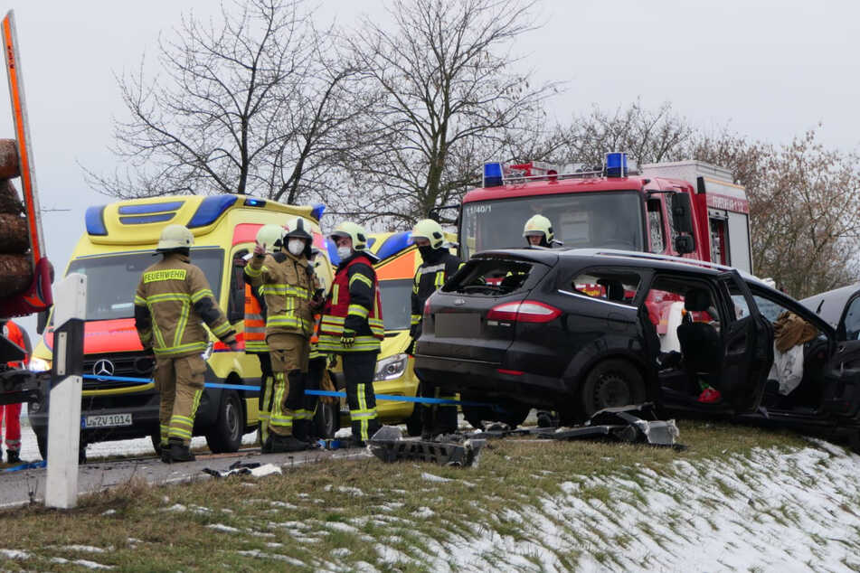 Schwerer Unfall im Landkreis Leipzig: Frau (32) in Auto eingeklemmt und schwer verletzt