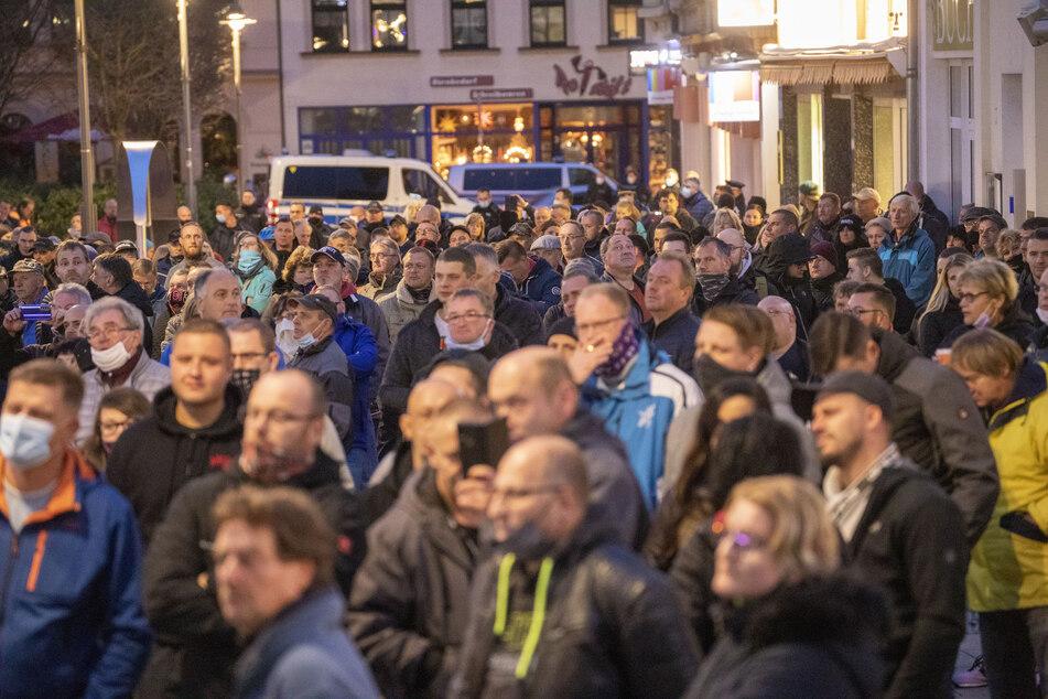 Kaum Masken, kein Abstand! In Aue versammelten sich am Sonntagabend hunderte Menschen um gegen die Corona-Maßnahmen zu demonstrieren.