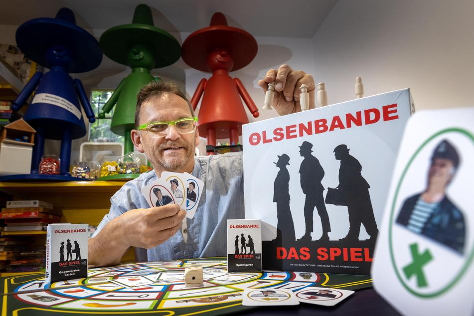 Ralf Viehweg (61) vom Annaberger Spielehersteller Spika präsentiert die vorläufigen Entwürfe für das Olsenbande-Spiel.