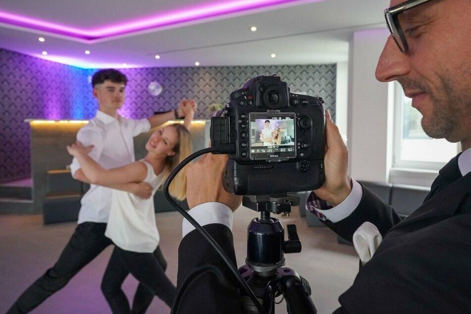 Tanzschulen-Inhaber Oliver Thalheim (43) dreht mit seinen Tanzlehrern ein Online-Video. Direktunterricht ist seit November nicht mehr möglich.