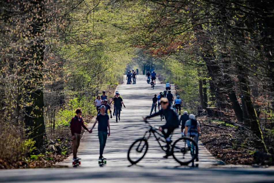 Fahrradfahrer und Skater nutzen das schöne Wetter und fahren auf dem Kronprinzessinnenweg im Südwesten der Hauptstadt.