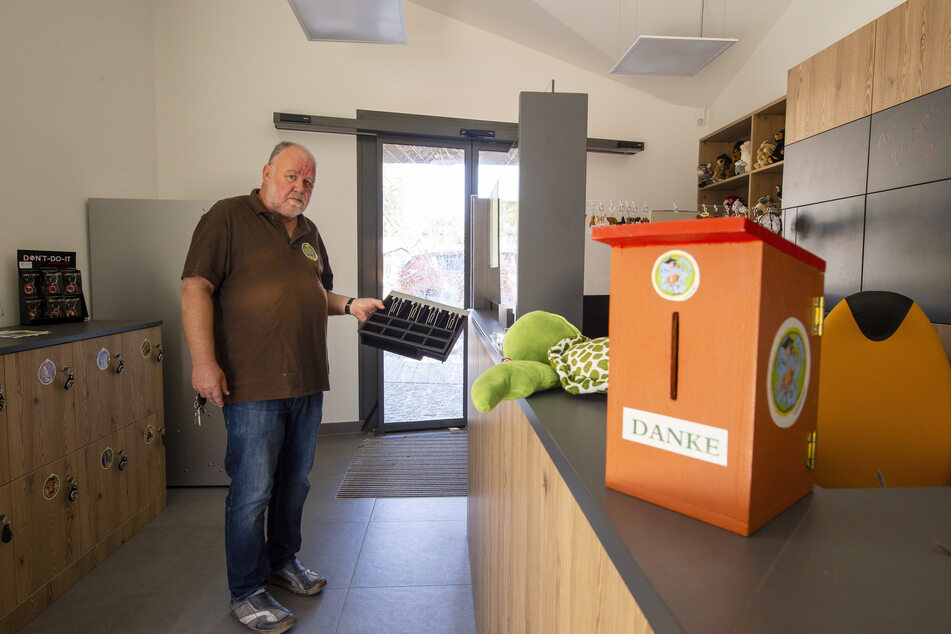 Im Eingangsbereich lagen ein Aufsteller, ein Mülleimer und Scherben. Statt des Sparschweins sammelt ein Nistkasten Spenden für den Förderverein.