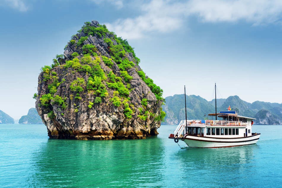 UNESCO-Weltnaturerbe mit Karstfelsen: Eine Bootsfahrt in der Halong-Bucht zählt zu den Highlights einer Vietnam-Rundreise.