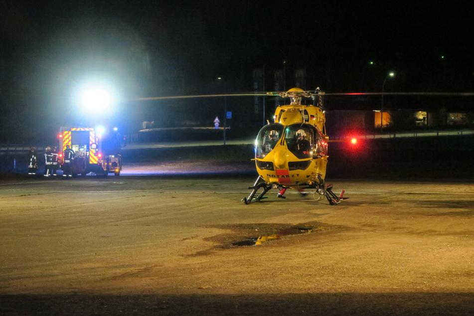 Mitten in der Nacht landete ein Rettungshubschrauber auf einem Parkplatz an der Lößnitzer Straße in Aue. Auch die Feuerwehr war vor Ort.