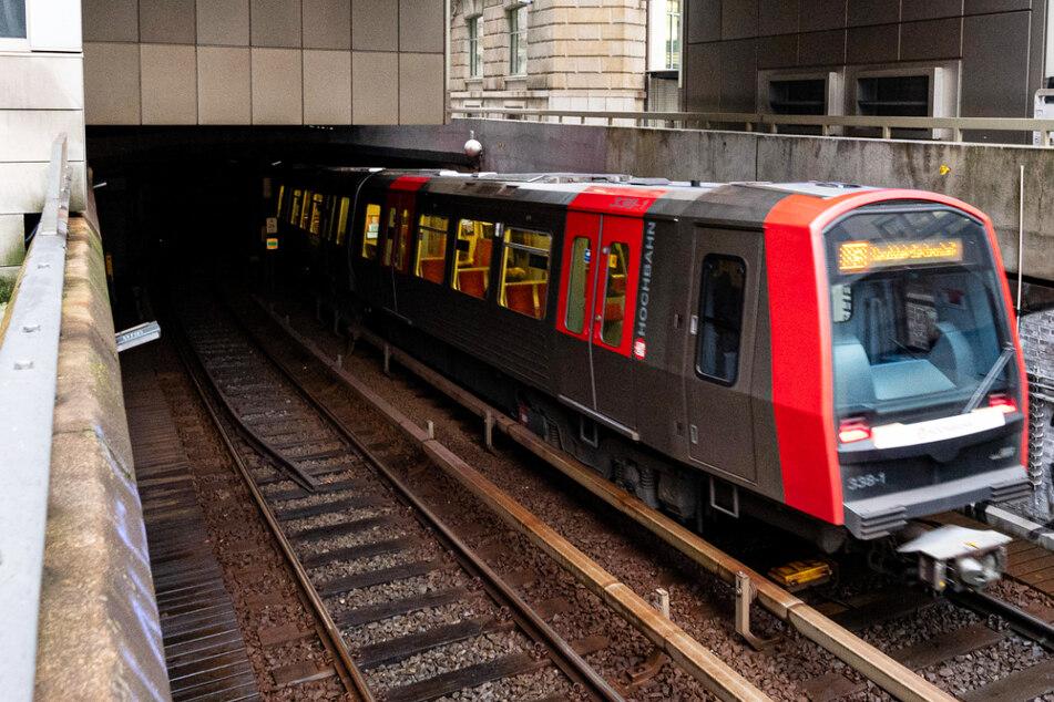 Am Samstag wird die U-Bahn-Linie U3 zwischen den Haltestellen Barmbek und Kellinghusenstraße komplett gesperrt. Die HOCHBAHN richtet einen Ersatzverkehr ein. (Archivfoto)