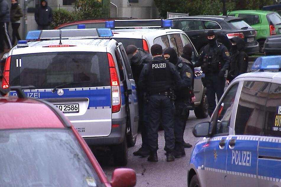 Polizisten nehmen den Leipziger (29) fest und bringen ihn zur ID-Behandlung.