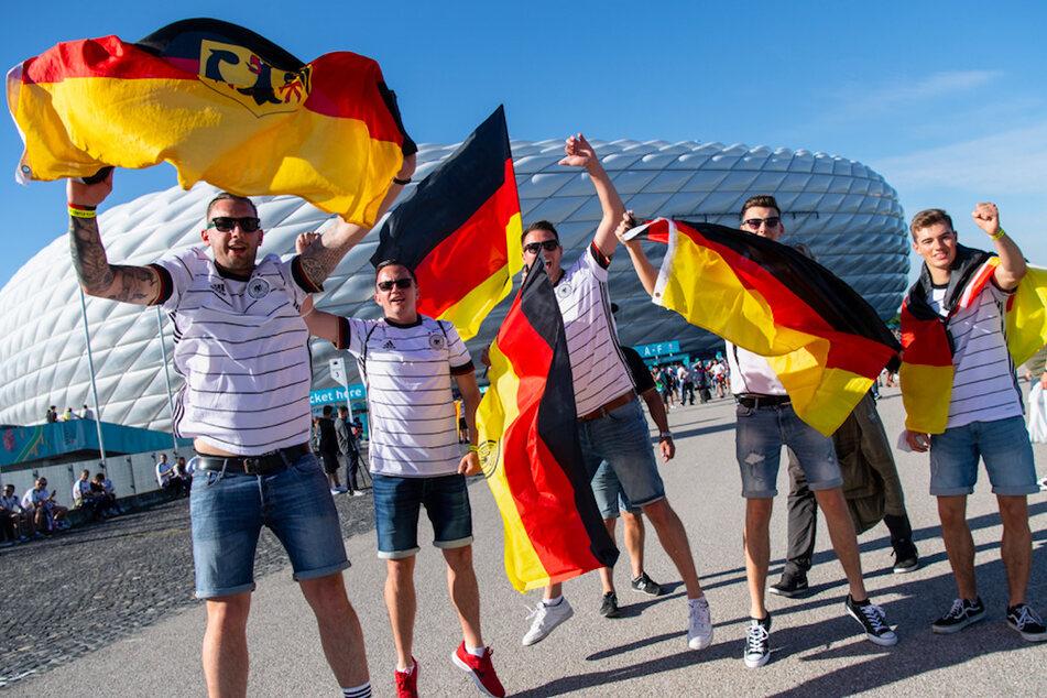 ans der deutschen Mannschaft feiern vor Anpfiff vor dem Münchner Stadion.