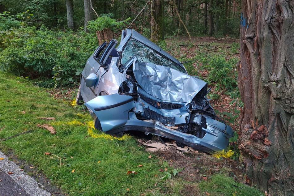 Der total zerstörte Honda steht am Straßenrand. Die 86-jährige Fahrerin ist noch am Unfallort gestorben.