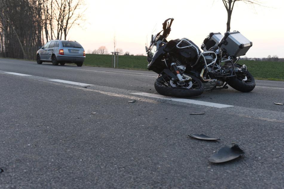 Der Biker (56) wurde bei dem Unfall schwer verletzt. Auch die beiden Insassen des Skoda erlitten bei dem Crash Verletzungen.