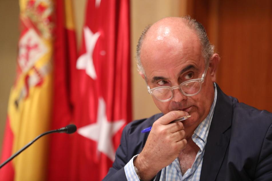 Antonio Zapatero, der stellvertretende Regionalminister für Gesundheit, gestikuliert im Gesundheitsministerium bei seinem Auftritt zur Berichterstattung über die epidemiologische und gesundheitliche Situation des neuartigen Coronavirus in der Region.