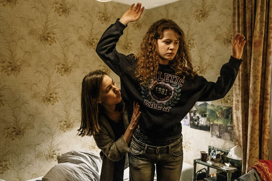 Frederike (Marie Leuenberger, 40, links) durchsucht das Zimmer und Mia (Nadja Sabersky, 22) nach Gras und Pillen.
