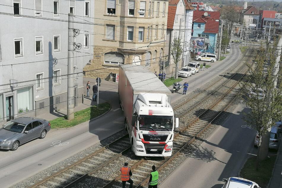 Der Sattelzug steht auf den Schienen.