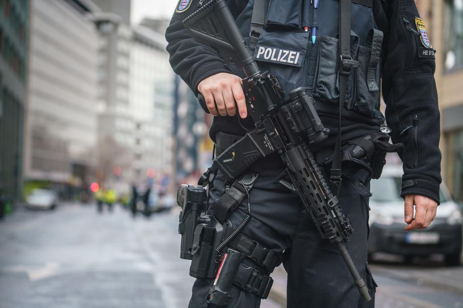 Am Samstag mussten Polizeibeamte einen bewaffneten 27-Jährigen im Bahnhofsviertel von Frankfurt am Main mit Schüssen niederstrecken. (Symbolfoto)