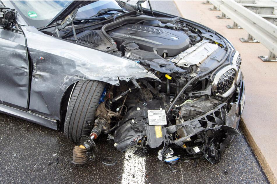 Der BMW wurde im vorderen Bereich stark zerstört.